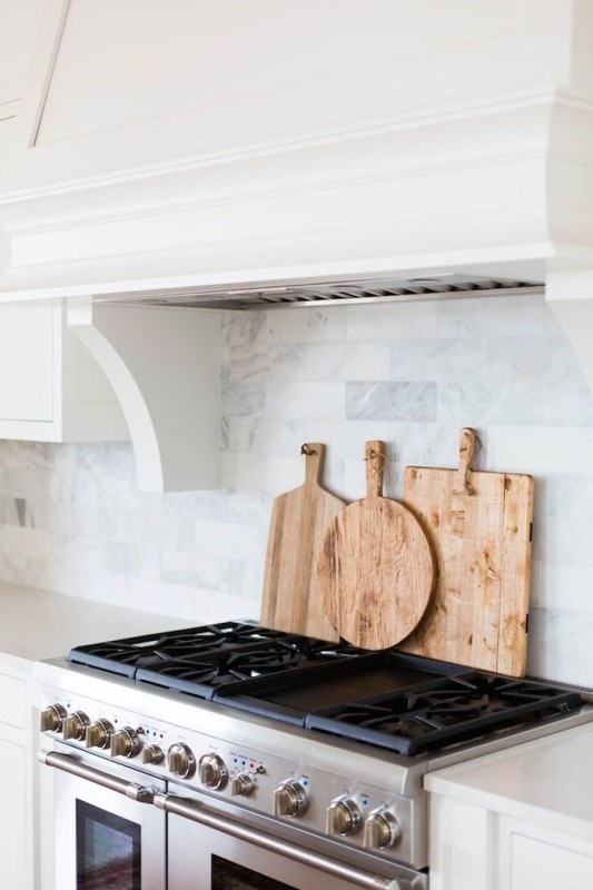 Light and airy modern kitchen daily dream decor for Solid glass backsplash behind stove