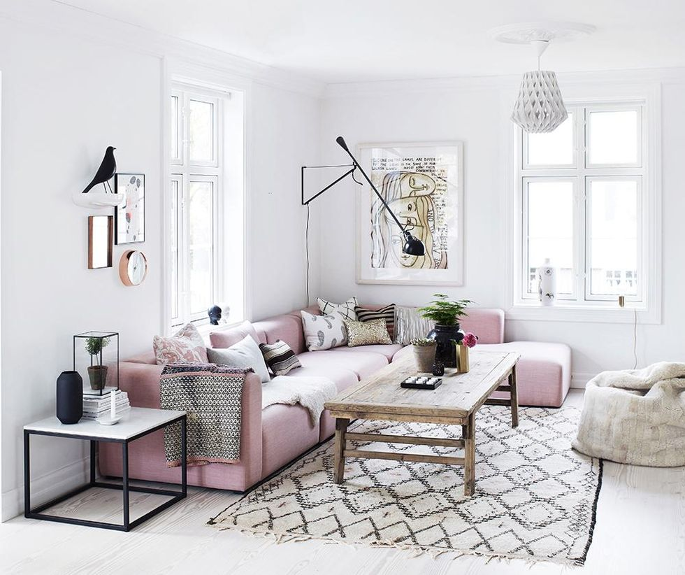 Lovely living room with rose quartz accents daily dream for Ikea sofa rosa