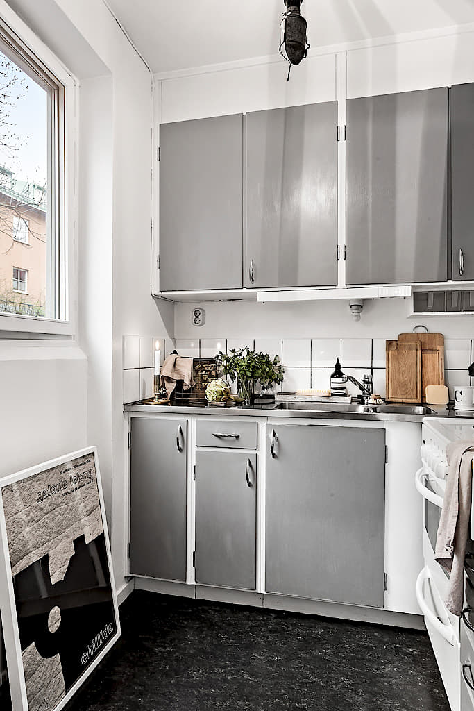 Tiny dreamy studio apartment with a raised bed - Daily Dream Decor