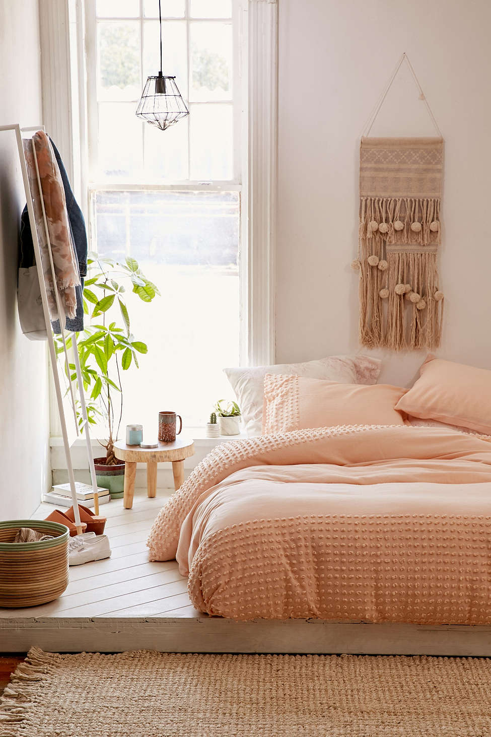 5 dreamy college campus bedrooms daily dream decor for Peach bedroom decor