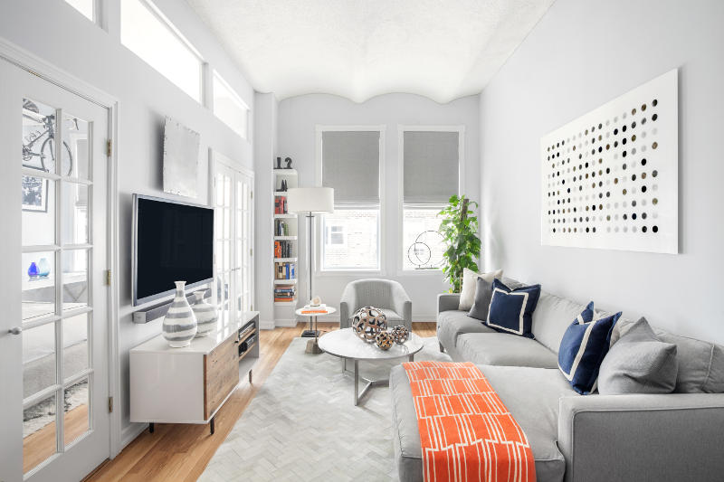 West village dreamy bachelor pad on a budget daily dream - Amenager un salon en longueur ...