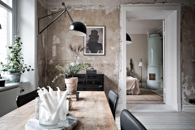 Séjour aux murs laissés bruts ouvert sur la chambre