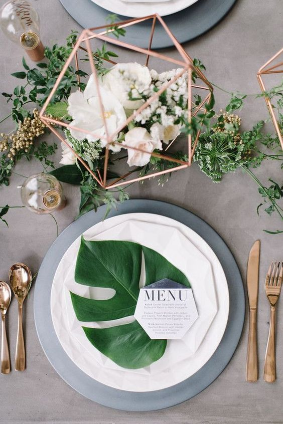 These two shades go really well together and they also look super cool. Pick a big green leave as the main setting and surround it with golden details. & 7 Gorgeous table settings that make Greenery the perfect wedding ...